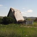hinter der verfallenen Hütte ein ebensolches Tippi