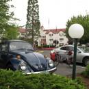 Oldie auf dem Parkplatz eines Altersheims
