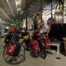 Räder packen in der Hotelhalle des Luxor