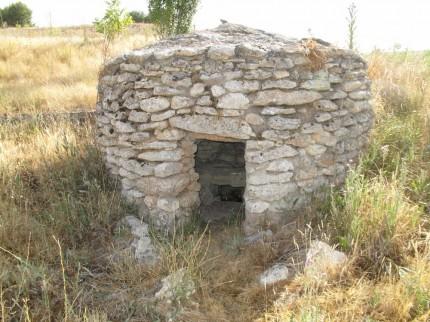 alter ummauerter Brunnen