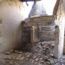 alte Kochstelle in zerfallenem Haus