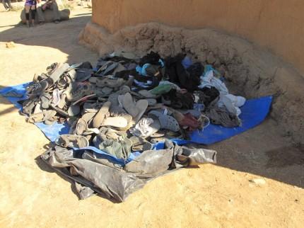 eingesammelte Schuhe und Klamotten; für jeden was dabei