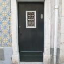 hinter dieser Tür  wohnen 4 Parteien (Haus hat Zimmerbreite)